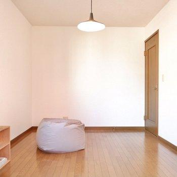 【洋室】本棚やデスクなども置ける、ゆとりのあるスペース。