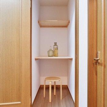 玄関隣には、日用品や家電の収納にピッタリなスペースがあります。