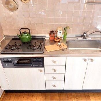 【DK】キッチンは頼もしい3口ガスコンロにグリル付き。