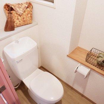 トイレも小窓付き。棚も2ヶ所に。