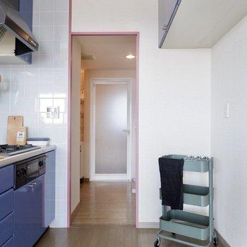 キッチンと廊下から、洗面所へ行くことができます。