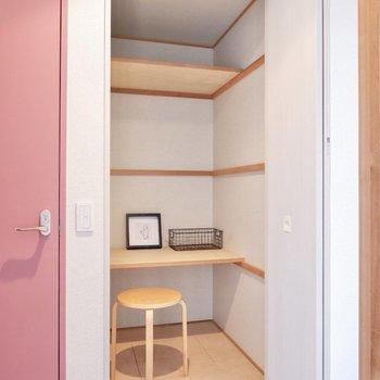 廊下には、日用品や家電の収納にぴったりな収納スペースがありました。