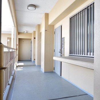 お部屋前の廊下もゆったり幅。