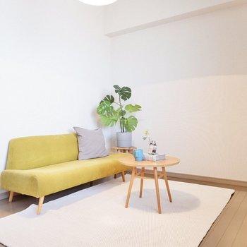 【洋室】鮮やかなソファ、グリーンがよく映えます。