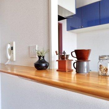 カウンターにはコーヒーセットやスパイスを置いてみると、カフェさながらの雰囲気。