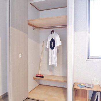 【洋室】整理整頓しやすいクローゼットです。