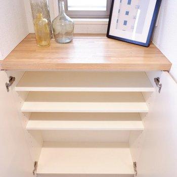 シューズボックスは4段。高さの調節も可能です。