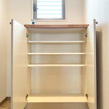 シューズボックス上には観葉植物を置こうかな。※写真の家具・雑貨はサンプルのものです