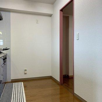 【LDK】キッチン後ろに冷蔵庫を。扉は洗面室へ繋がっています。※写真の家具・雑貨はサンプルのものです