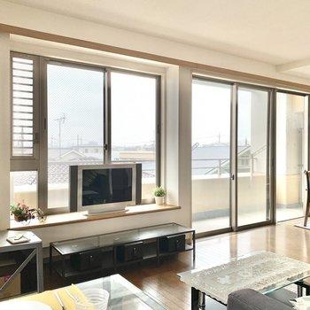 【LDK】窓際の段をテレビ台がわりにしてもいいですね。※写真の家具・雑貨はサンプルのものです