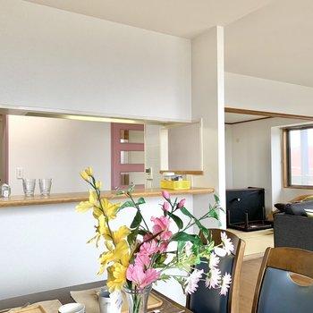 【LDK】キッチン小窓からはリビングの様子が見渡せます。※写真の家具・雑貨はサンプルのものです