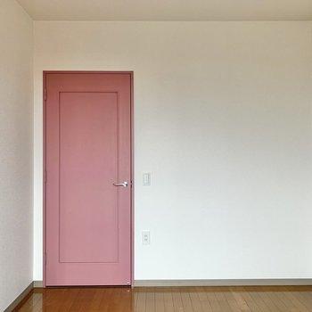 【洋室①】ピンクの扉が可愛らしいですよね。