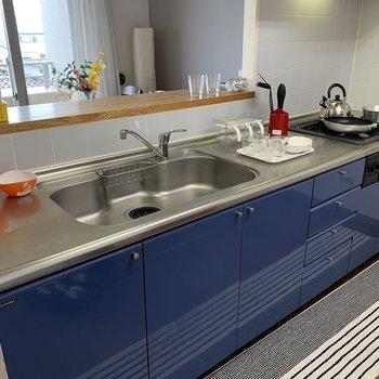 【LDK】大きめシンクで洗い物もしやすく。※写真の家具・雑貨はサンプルのものです