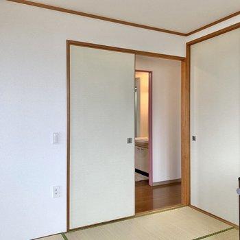 【和室】リビング、廊下のどちらからでも行き来できるんです。