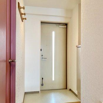 玄関土間は広め。サイドにフック付きです。