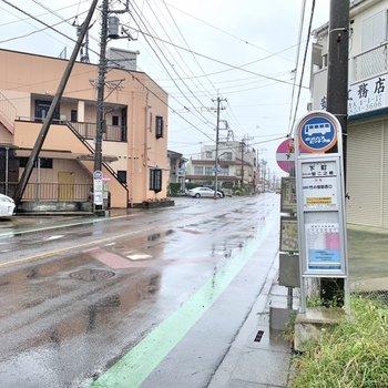 駅からバスだと乗車時間は14分ほど、最寄りのバス停〈下町〉から徒歩約1分でお部屋に到着です。