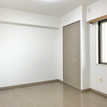 【洋室】広さの目安としてはダブルベッドもゆったり置けるくらい。