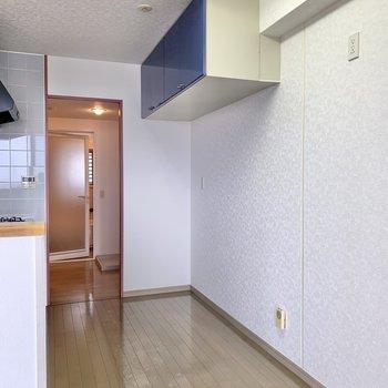 【LDK】後ろにはラックや冷蔵庫が置けますよ。ここからは洗面室へも行けるんです。