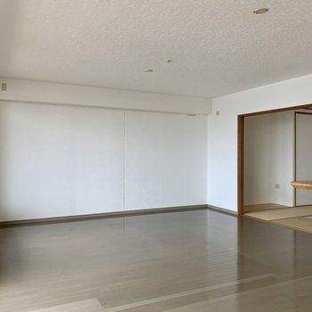 【LDK】大きなソファやテレビ台も配置しやすそう。