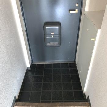 玄関はブラックのタイルでカッコよく。※写真はフラッシュを使用しています