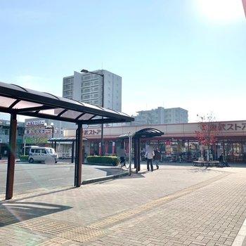 駅は東側が近いです。スーパーや飲食店、