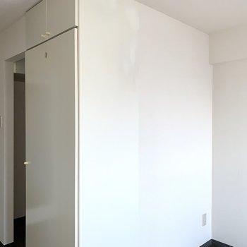 収納とキッチンは奥まった場所に。※写真はフラッシュを使用しています
