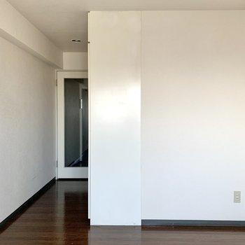扉は真ん中が透明なので、玄関側が見えます。
