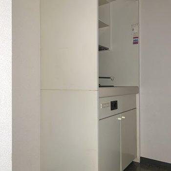 キッチン隣に冷蔵庫が置けます。※写真はフラッシュを使用しています