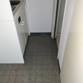 左にキッチン、右に洗濯機置き場。※写真はフラッシュを使用しています