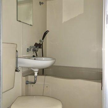 鏡付きで洗顔もしやすいですね。※写真はフラッシュを使用しています