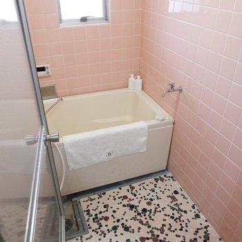 浴室は小窓があって換気もラクラク。