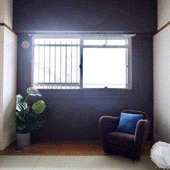 【和室】濃いブラウンのクロスと、一部フローリングの床が素敵。