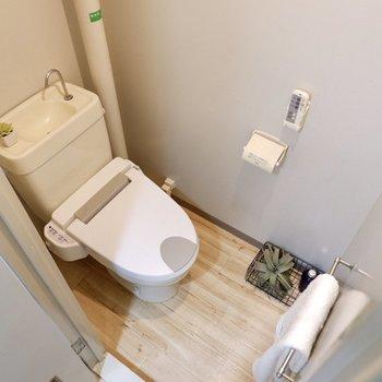 お手洗いの床は木目調でナチュラルな雰囲気。