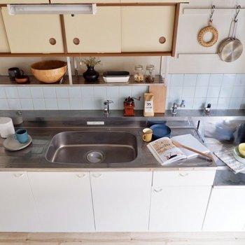 【DK】キッチンはワイドで作業スペースが豊富です。