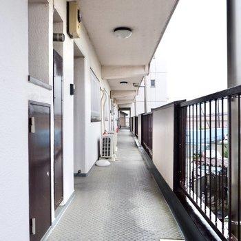 玄関前共用部。壁が少なく、開放的な空間です。