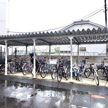 駐輪場(空き要確認)。屋根があり、雨の日も濡らさずに保管できますよ。