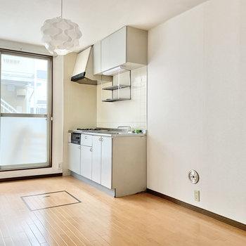 【DK】キッチンの隣に冷蔵庫を置くことができます。