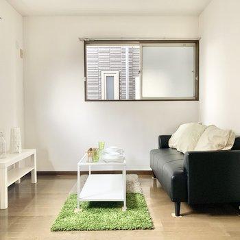 【洋室】洋室も二面採光なんです。※家具はサンプルになります