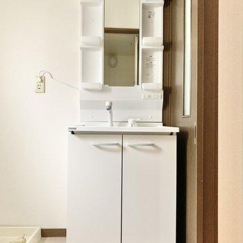 収納たっぷりの独立洗面台、嬉しい〜