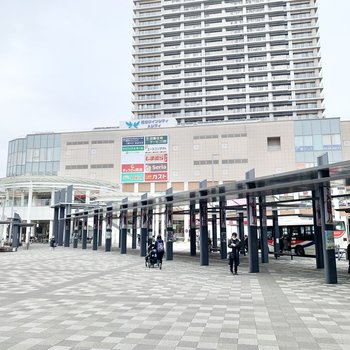 駅周辺の様子。お買い物スポットもあります。