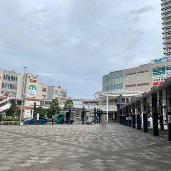 駅は東口側が近いですよ。商業施設があり、賑わっています。