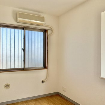 【洋室約4.8帖】北側のお部屋ですが、二面採光で明るく過ごせます。