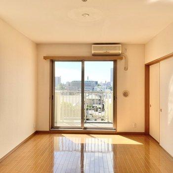 【LDK】和室との引き戸を閉めても開放的に使えますね。
