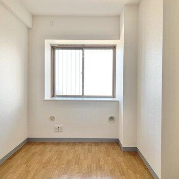 【洋室約6.8帖】広さとしてはダブルベッドやチェストが配置できるくらいです。