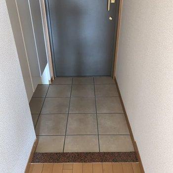 玄関は段差が少なめ。お子さんもつまずきにくくて安心ですね。※写真はフラッシュを使用しています