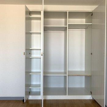 【洋室約6.8帖】棚が多く、細かく分けて仕舞えます。