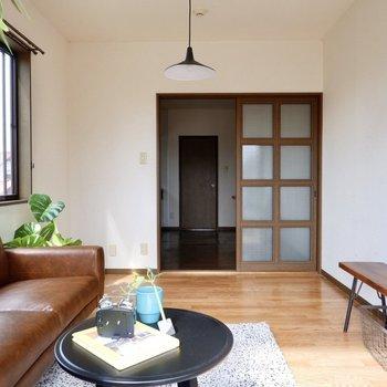 【洋室約6帖】出入り口はスライドドアで仕切られています。スペースのロスがないのがメリットです。