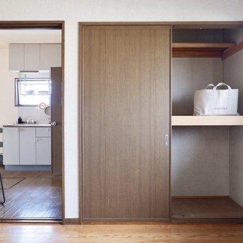 【洋室約4.5帖】こちらは寝室向きの広さですね。中にボックスなどを設置すれば、衣類の収納もできそうです。