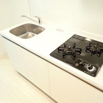 2口ガスコンロで調理スペースもしっかりあります。