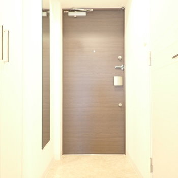 玄関はゆったりめ!姿見もありますよ。